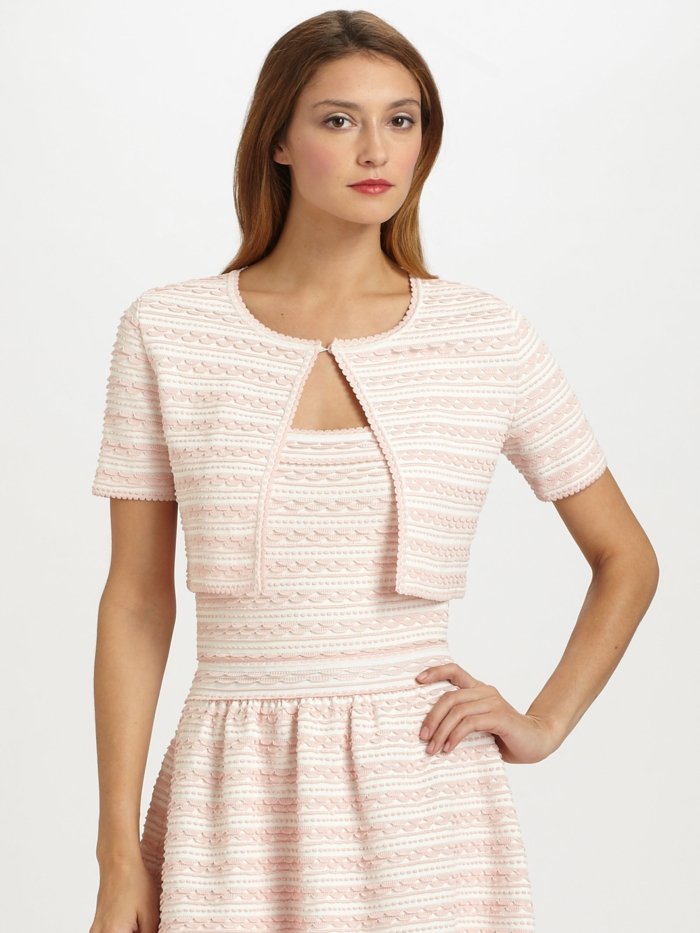 bolero-femme-couleur-peche-porte-avec-une-robe-de-la-meme-couleur-resized