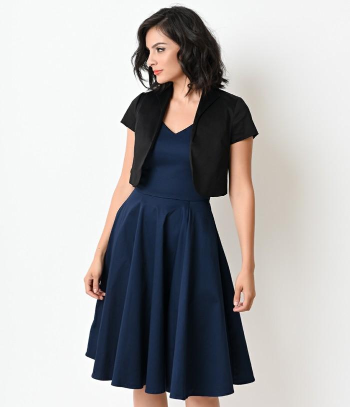 bolero-femme-glamour-style-annees-50-avec-une-robe-bleu-fonce-resized
