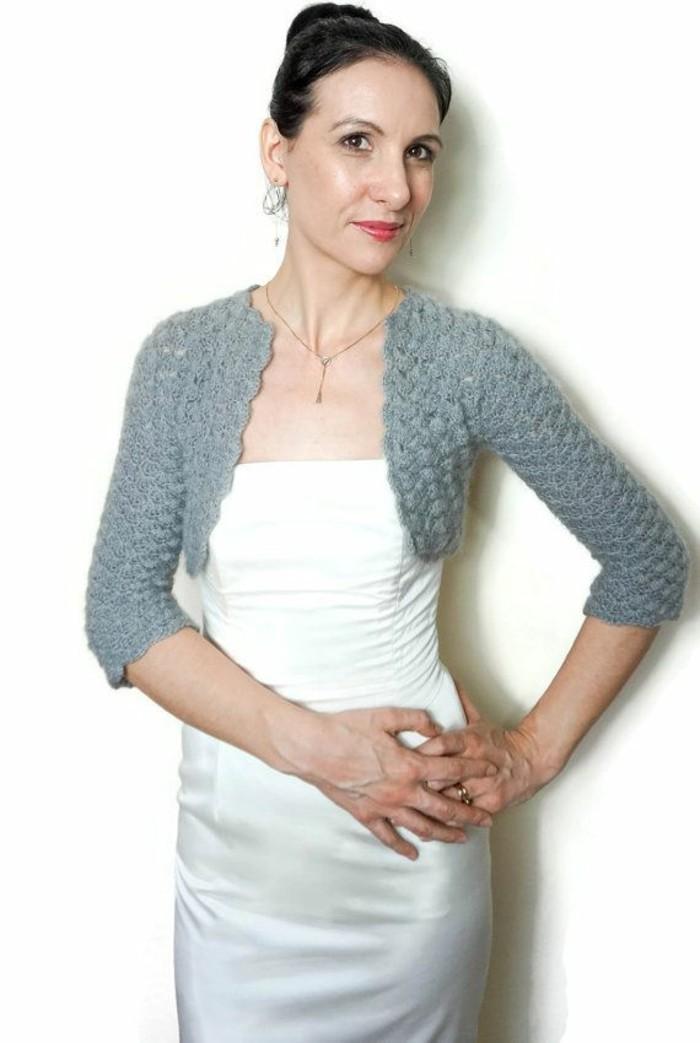 bolero-femme-gris-combine-avec-une robe-de-mariage-resized