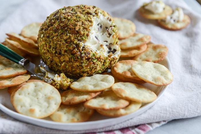 aperitif dinatoire froid, boule de fromage enveloppée dans pistaches à servir avec des croquettes