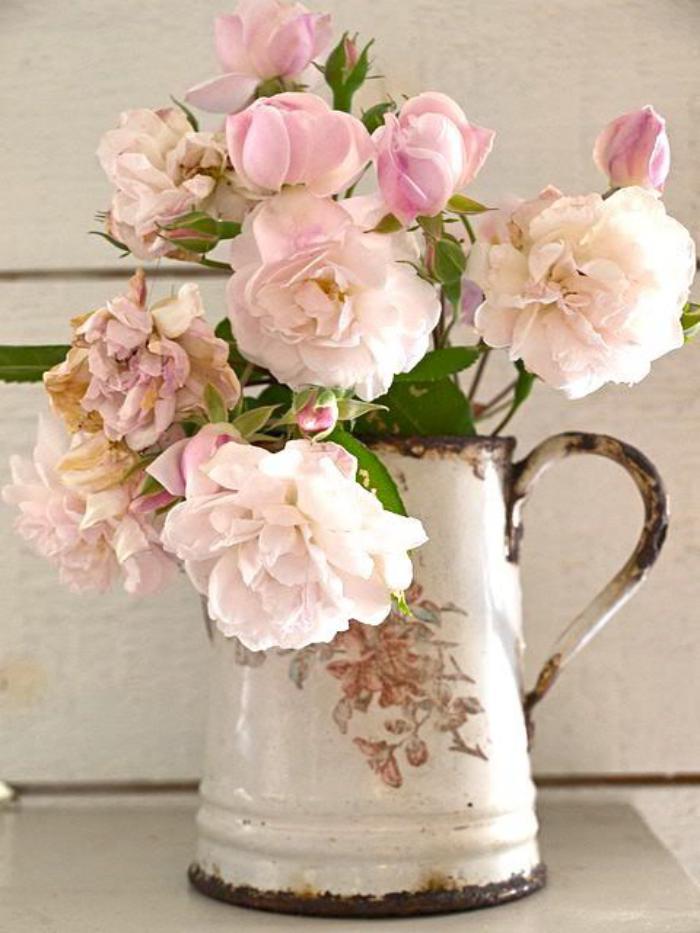 bouquet-de-pivoines-déco-shabby-avec-des-fleurs-fraiches
