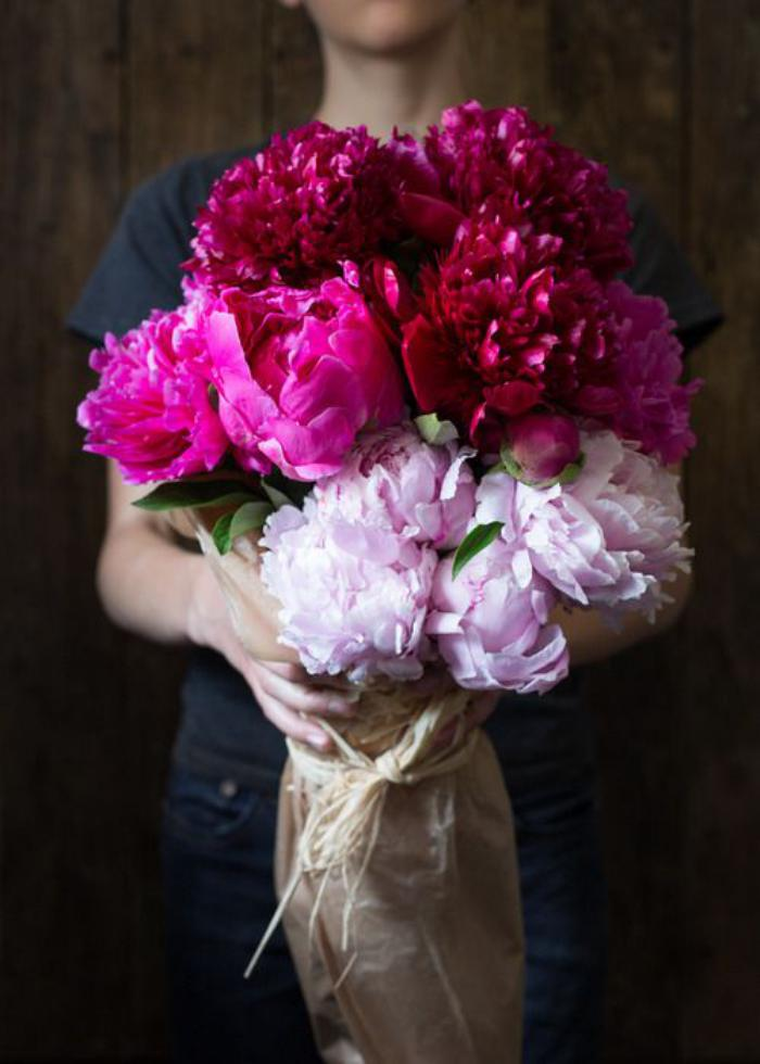 bouquet-de-pivoines-rouges-et-roses-pivoine-bouquet