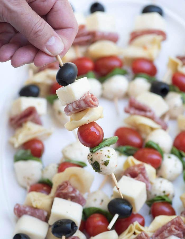 brochette apero dinatoire facile de boules de mozzarella, saucisson, olives, basilic, fromage et tomate cerise