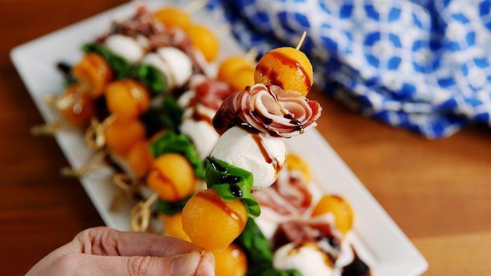 idee de brochette apero de prosciutto, boules de mozzarella, melon et réduction de vinaigre de balsamique