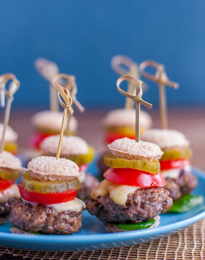 idée de petit burger avec boulette de viande haché, cornichons aigres doux, tomates et fromage, idee apero dinatoire originale
