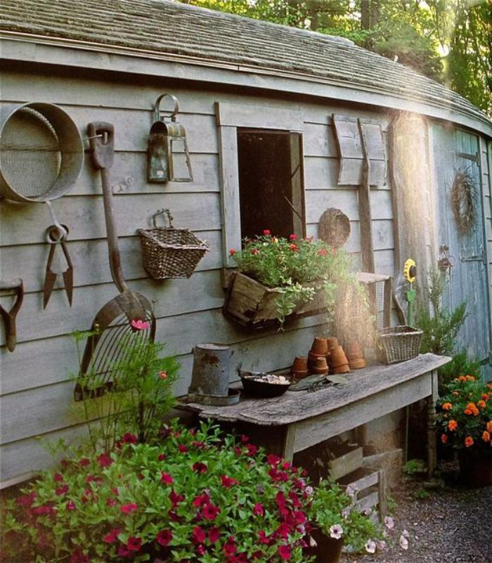 cabanon-de-jardin-atmosphère-shabby-rystique-dans-le-jardin