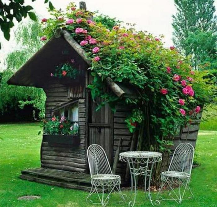 cabanon-de-jardin-avec-toiture-verte-roses-fleuries