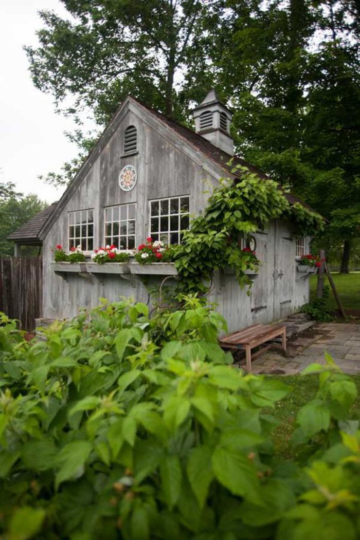 cabanon-de-jardin-en-bois-jolies-jardinières-au-fenêtres