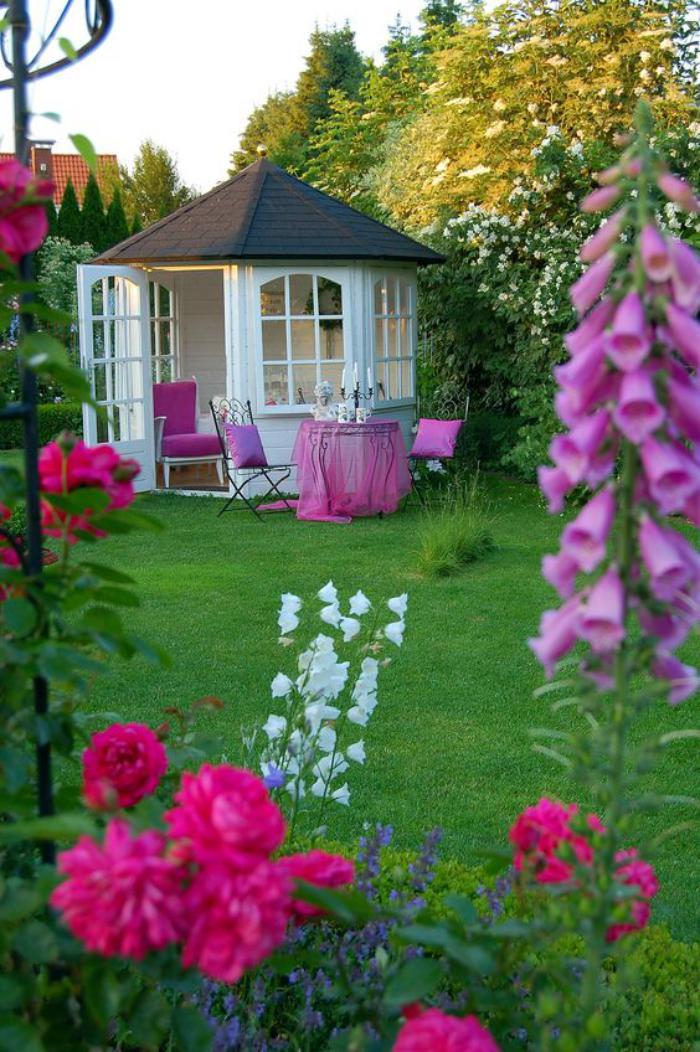 cabanon-de-jardin-joli-pavillion-de-jardin-dans-un-jardin-vert-magnifique