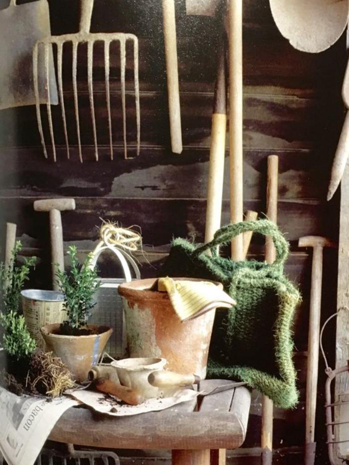 cabanon-de-jardin-outils-pour-le-travail-dans-le-jardin