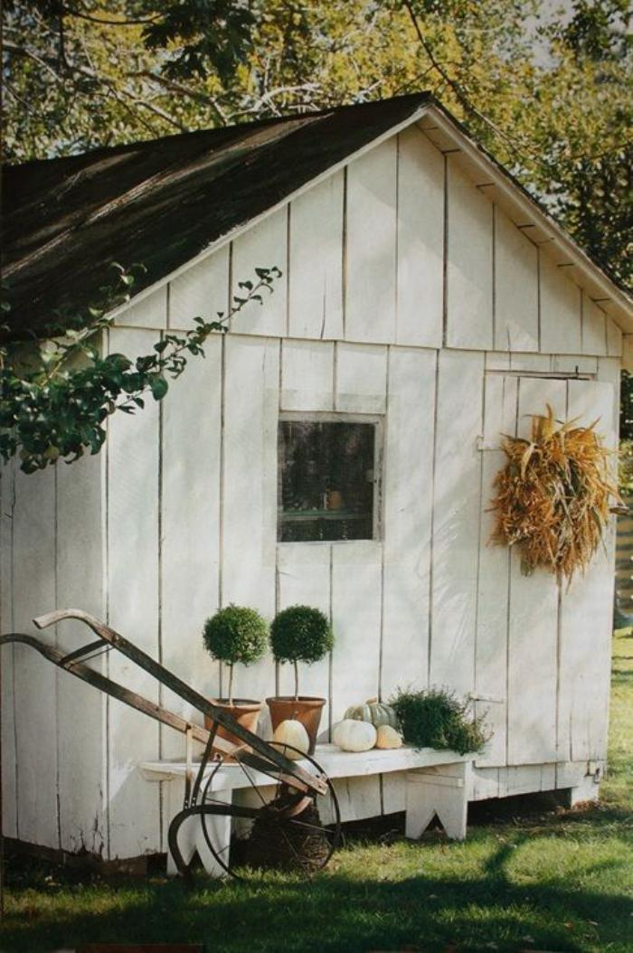 cabanon-de-jardin-peint-blanc-avec-petite-banquette