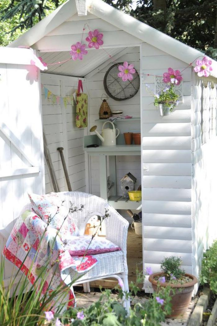 cabanon-de-jardin-petite-cabane-coquette-cabane-de-jardin-blanche
