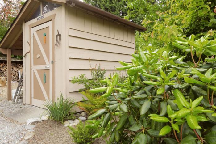 cabanon-de-jardin-petite-cabane-pour-garder-vos-instruments-de-jardinage