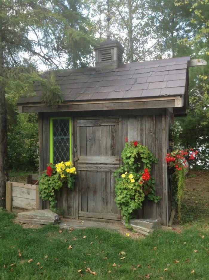 cabanon-de-jardin-style-rustique-décoré-avec-des-fleurs