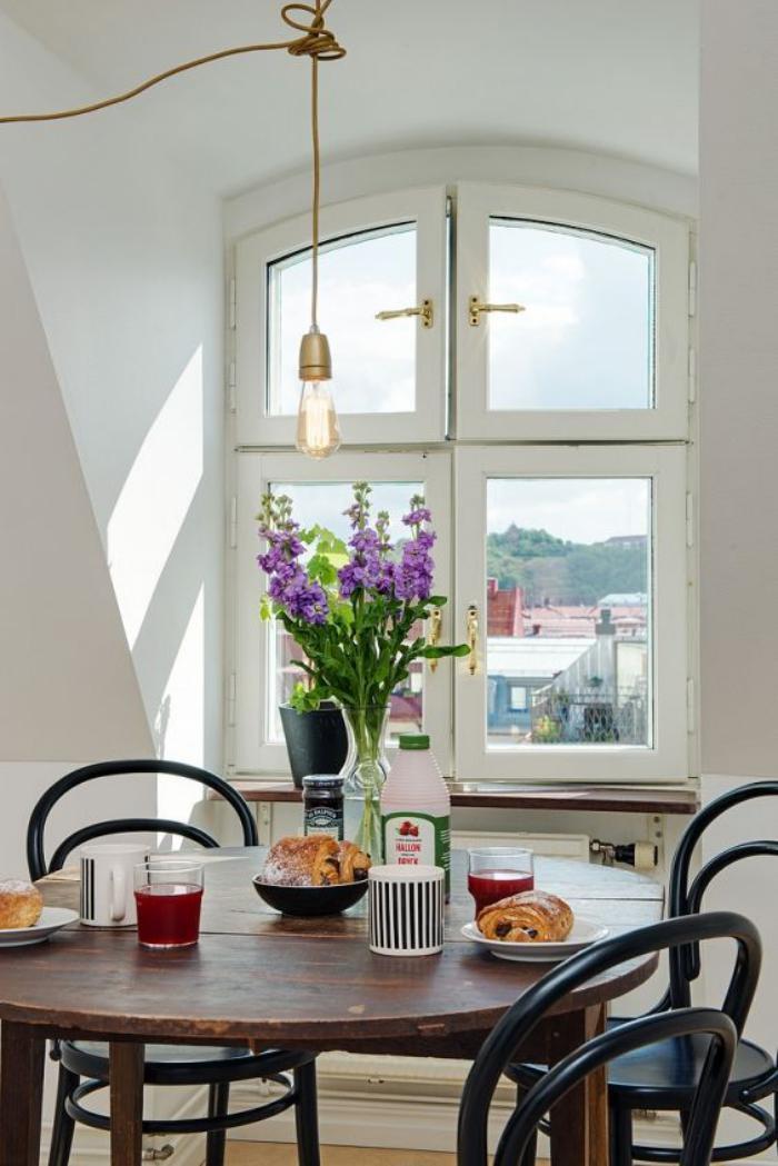 chaise-thonet-ampoule-électrique-suspendue-au-dessus-de-la-table-de-déjeuner