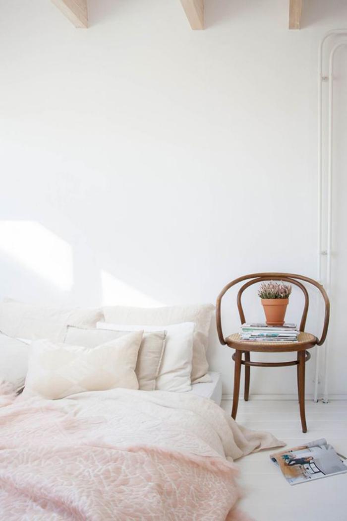 chaise-thonet-bois-courbé-chambre-à-coucher-blanche-bohémienne