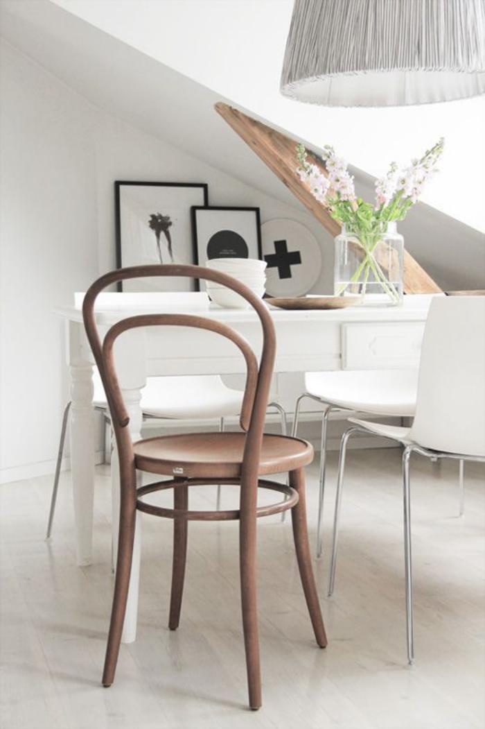 chaise-thonet-chaise-design-dans-une-pièce-blanche-mansardée