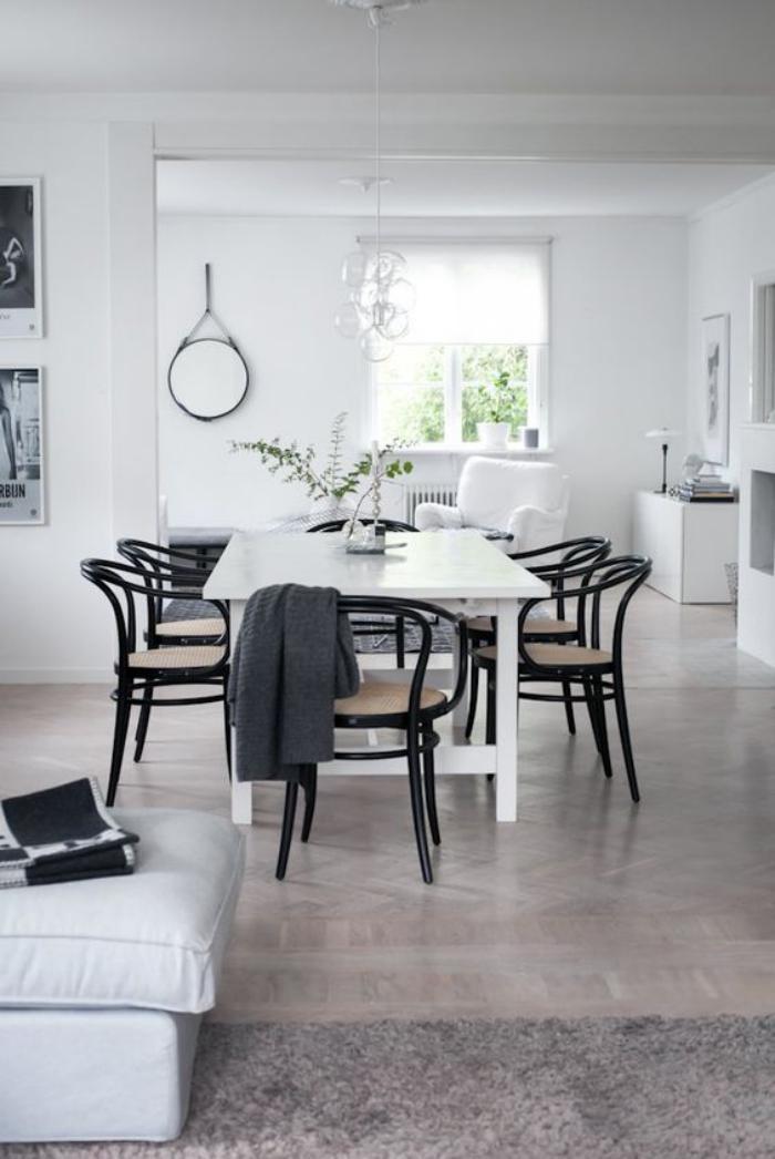 chaise-thonet-chaises-en-bois-courbé-noires-dans-une-salle-claire