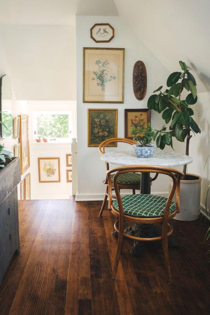 chaise-thonet-siège-tapissée-verte-plancher-bois-sombre