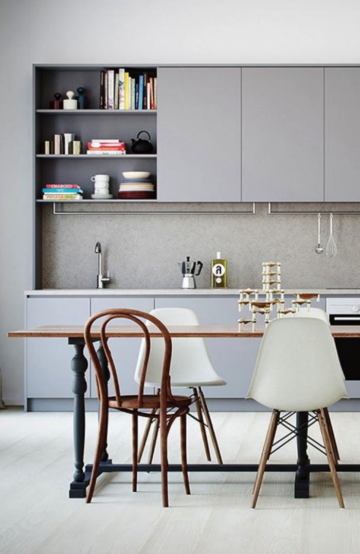 chaise-thonet-et-belles-chaises-scandinaves-dans-la-cuisine