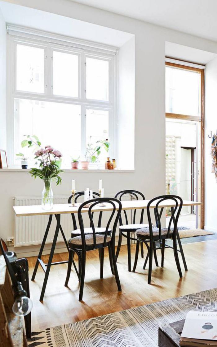 chaise-thonet-intérieur-lumineux-avec-des-meubles-vintage