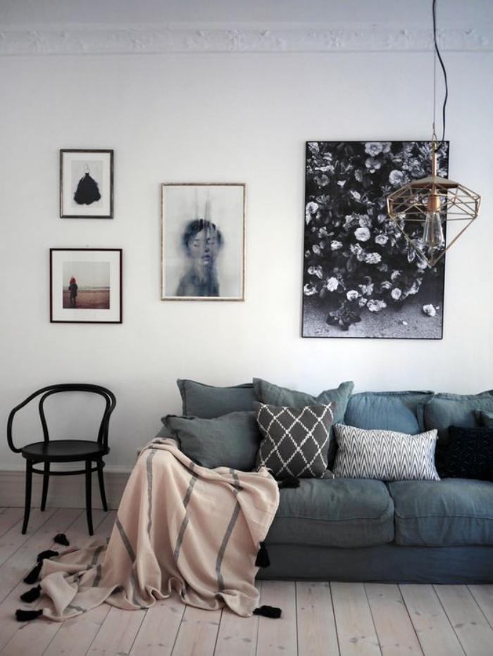 chaise-thonet-joli-salon-élégant-sofa-gris-et-plaid-rose-pastel