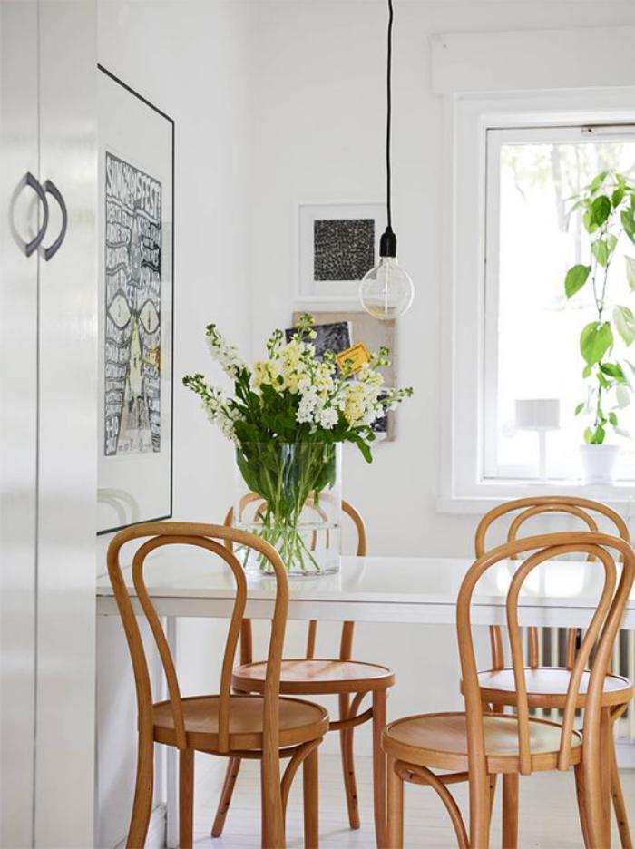 chaise-thonet-jolies-chaises-thonet-en-bois-clair-et-table-blanche