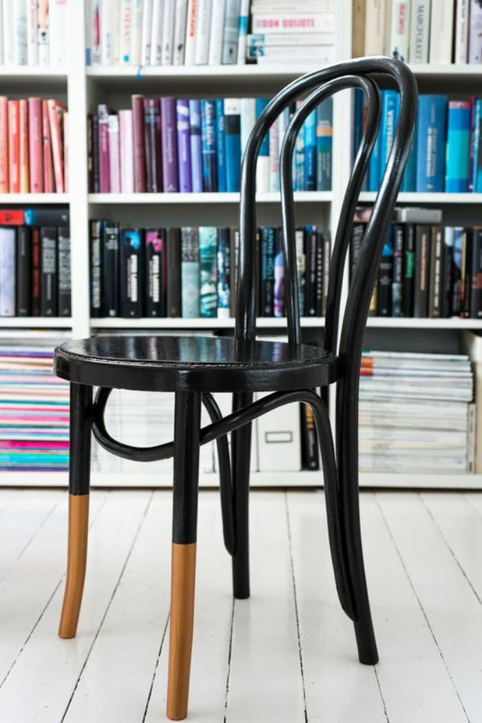 chaise-thonet-la-légendaire-chaise-thonert-devant-une-bibliothèque