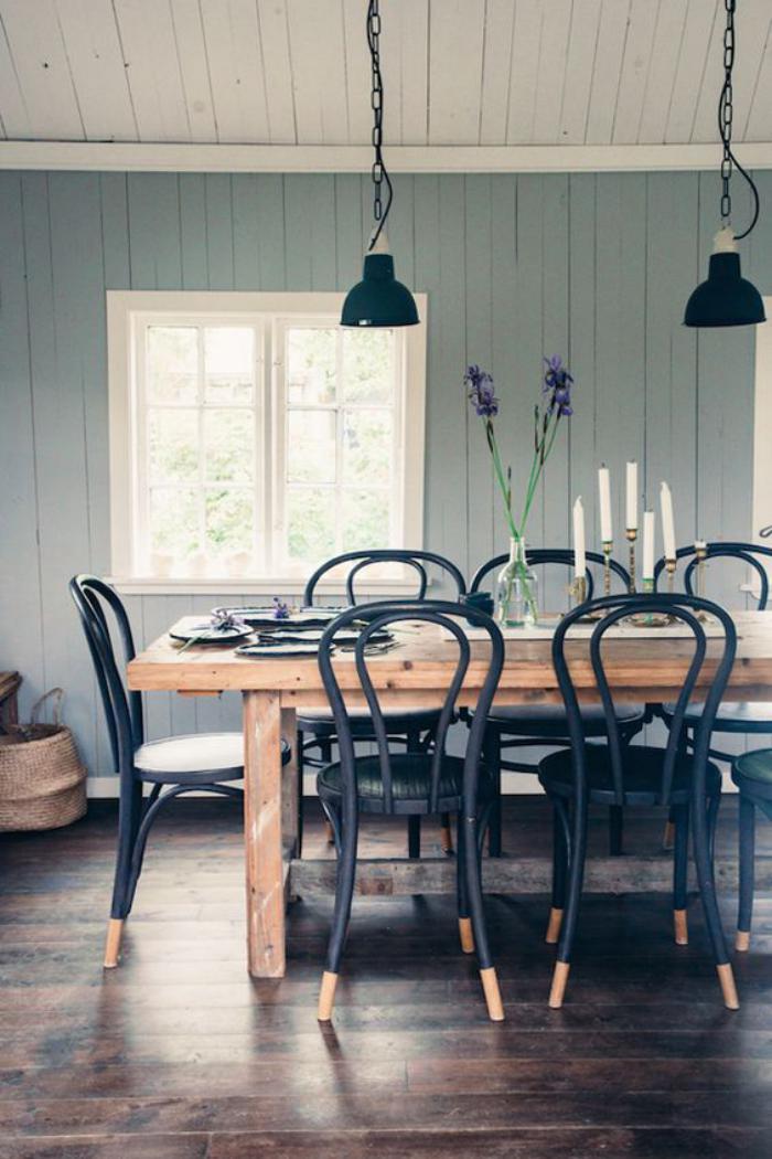 chaise-thonet-longue-table-en-bois-lampes-suspendues-design-industriel