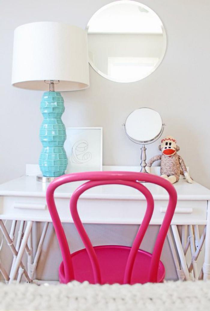 chaise-thonet-peinte-rose-lampe-déco-en-blanc-et-turquoise