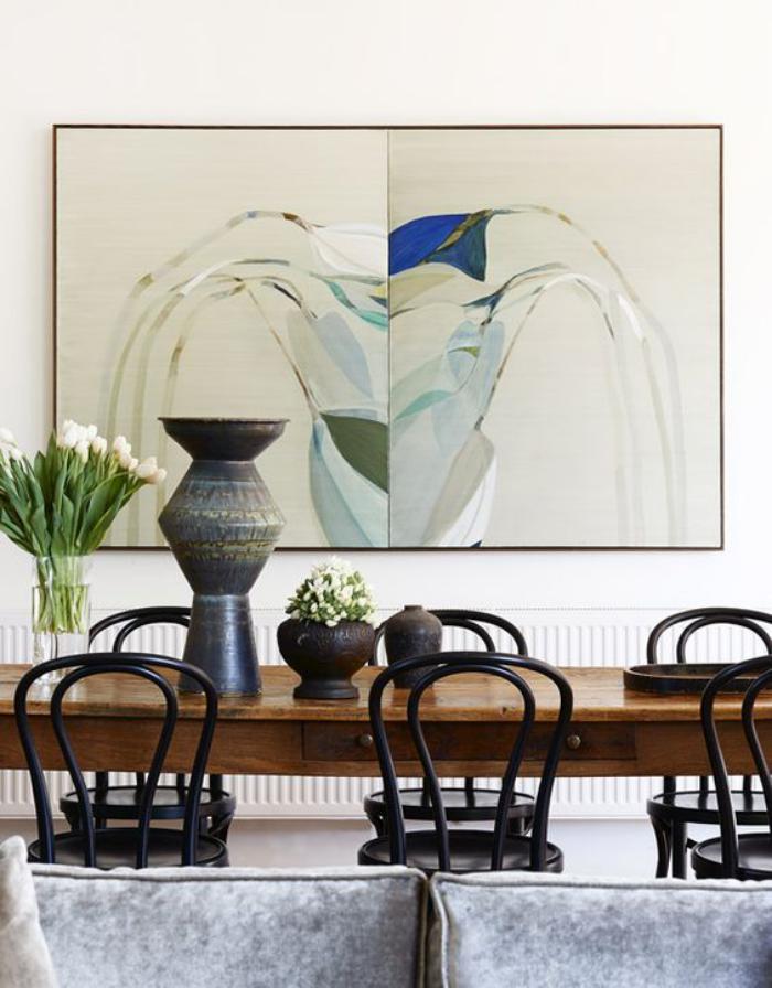 chaise-thonet-peintes-noires-autour-d'une-longue-table-en-bois