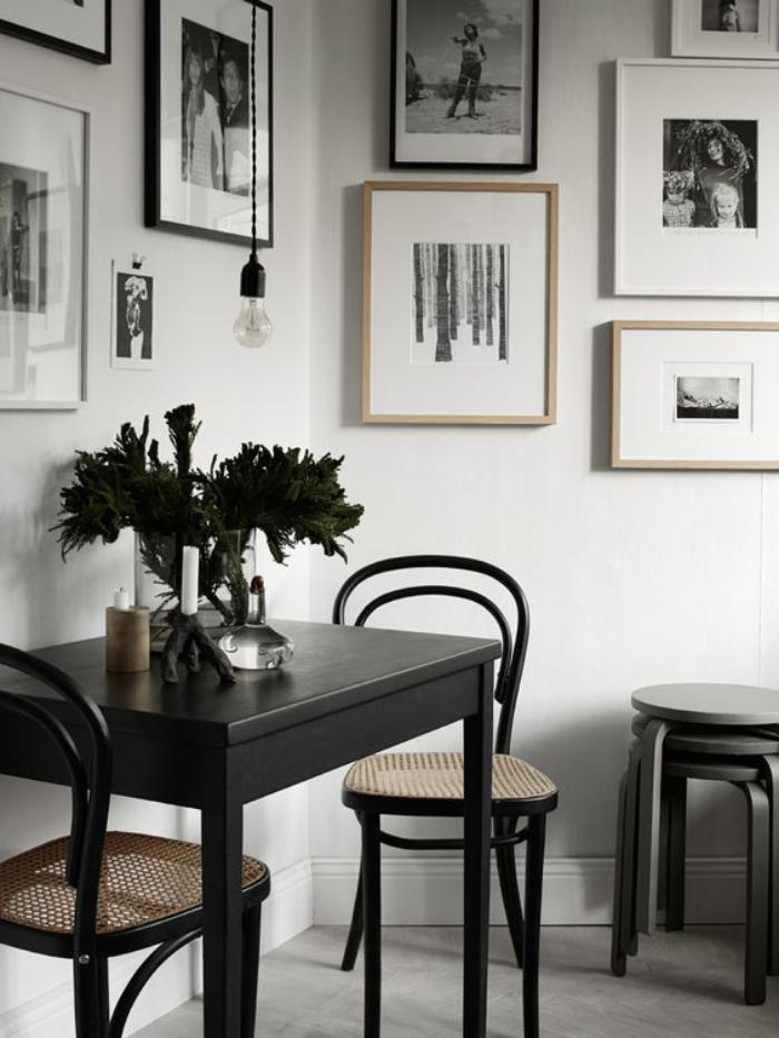chaise-thonet-photographies-noir-et-blanc-dans-une-pièce-monochrome