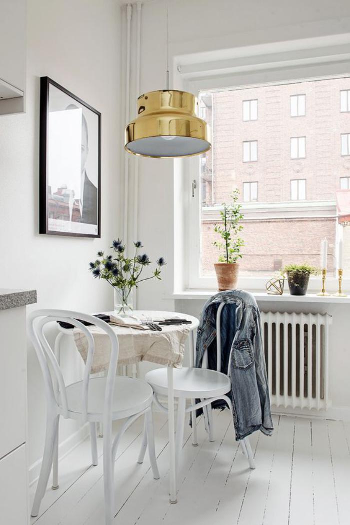 chaise-thonet-pièce-scandinave-lampe-pendante-industriellle