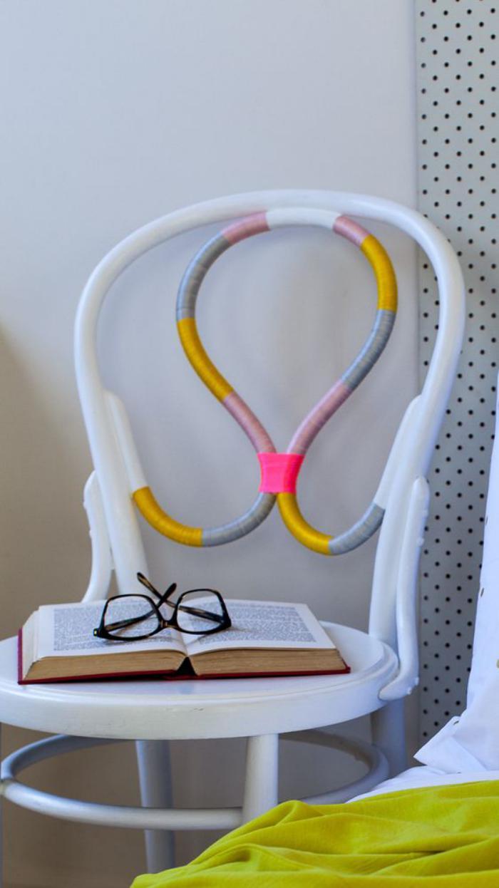 chaise-thonet-relookée-avec-fils-colorés