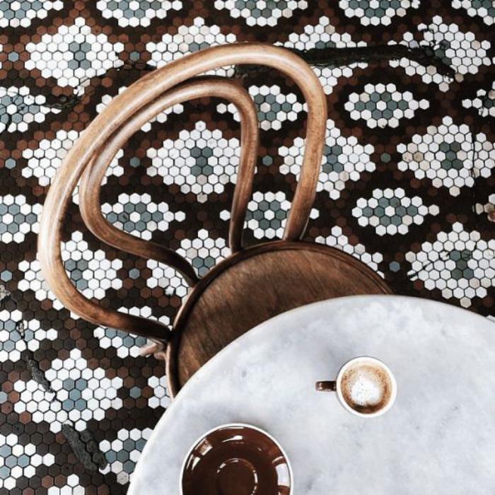 chaise-thonet-sol-carreaux-de-ciment-table-ronde
