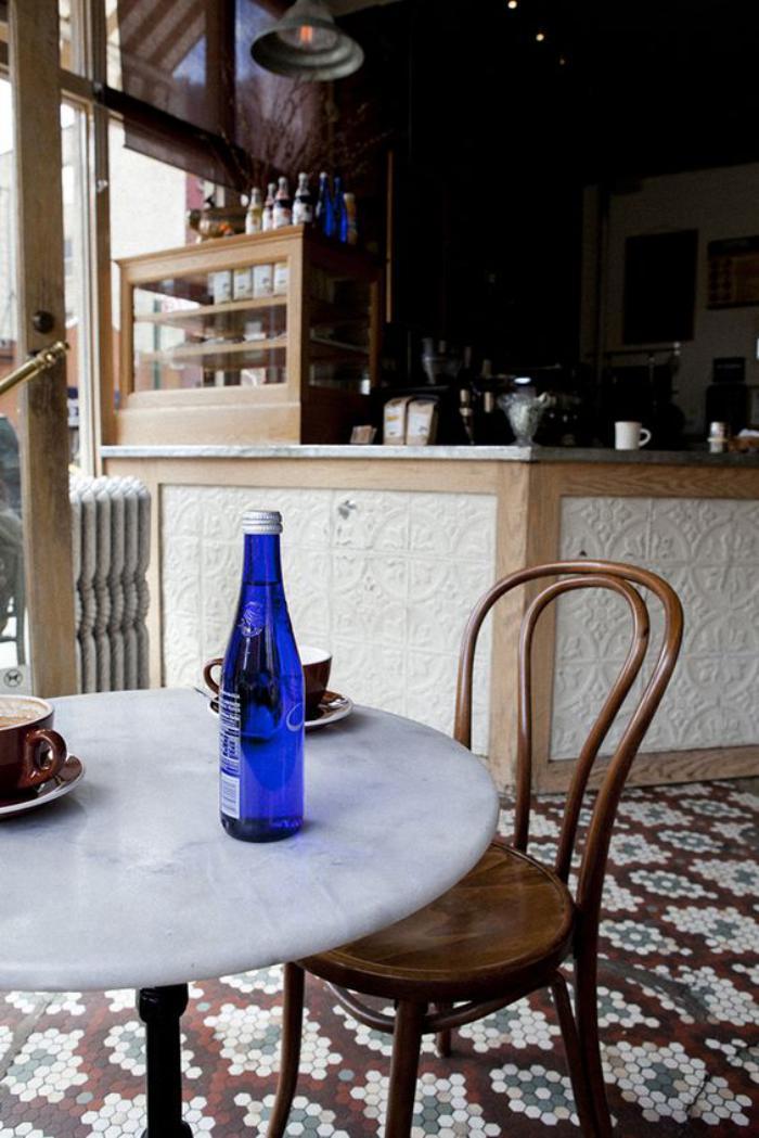 chaise-thonet-table-blanche-et-carreaux-originaux-dans-un-café