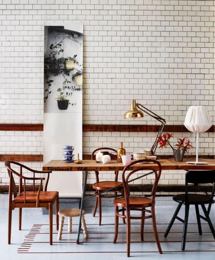 chaise-thonet-tuiles-murales-blanches-et-table-de-déjeuner