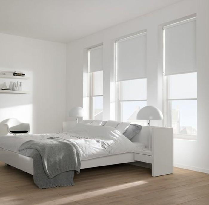 chambre-à-coucher-sol-en-bois-clair-murs-blancs-habillage-fenetre-store-enrouleur-blanc