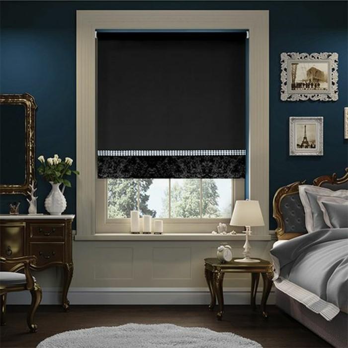 chambre-a-coucher-baroque-store-enrouleur-occultant-noir-fenetres-dans-la-chambre-a-coucher-avec-murs-bleus-foncés