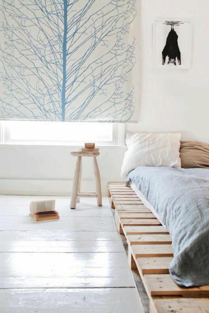 chambre-a-coucher-lit-en-palette-en-bois-clair-sol-en-planchers-blancs