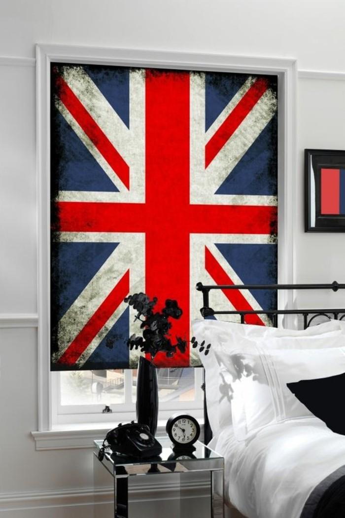 chambre-adulte-avec-store-enrouleur-velux-dessin-drapeau-américain-idee-habillage-fenetre