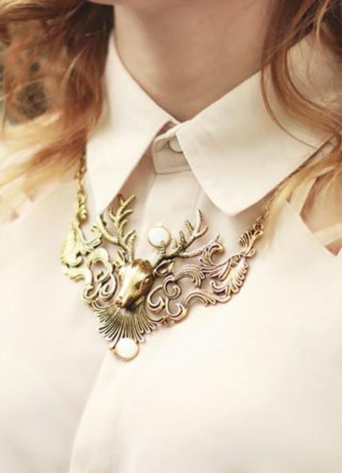 chemise-beige-femme-et-joli-collier-femme-fantaisie-en-or-les-tendances-chez-les-bijoux