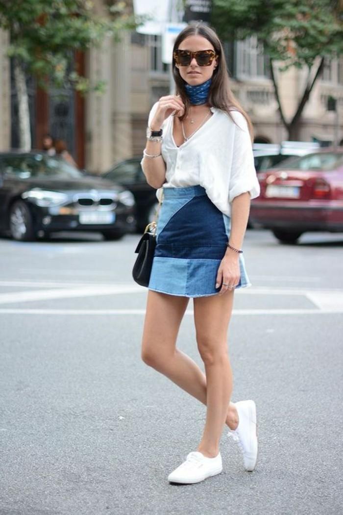 chemise-blanche-femme-jupe-courte-en-denim-bleu-foncé-et-bleu-clair-foulard-femme