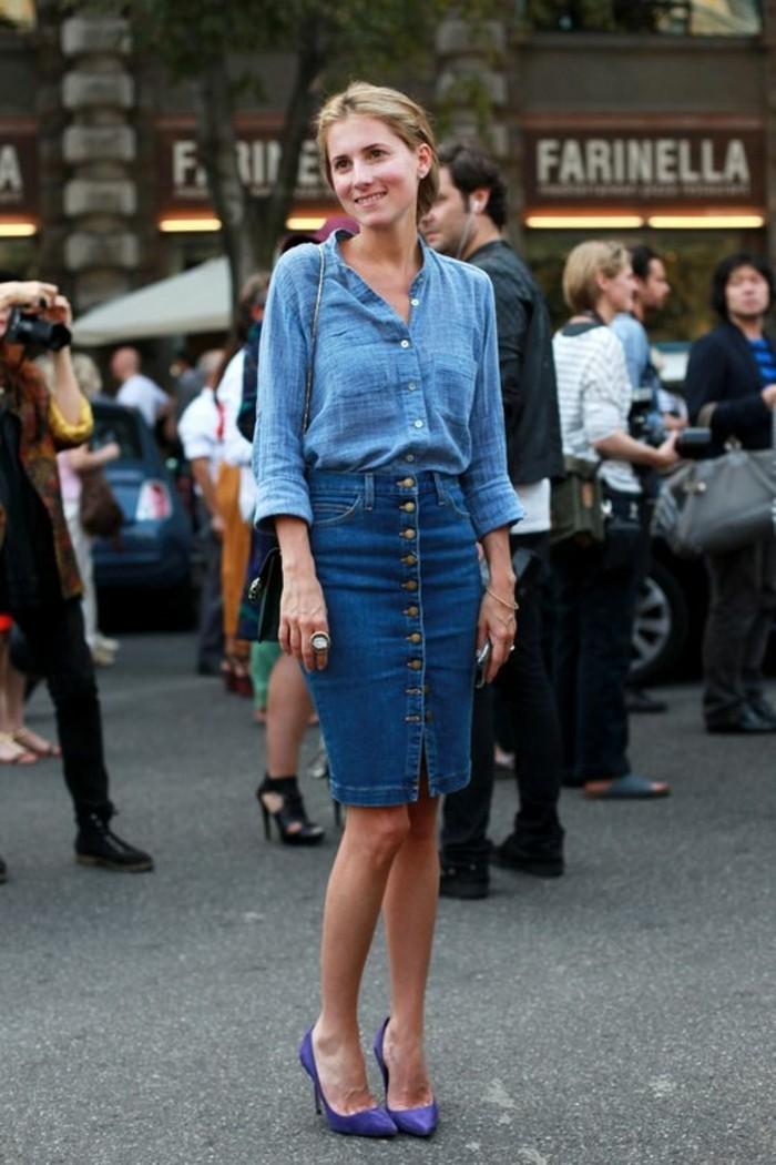 chemise-bleu-en-lin-jupe-mi-longue-bleu-foncée-tendances-de-la-mode-femme-blonde