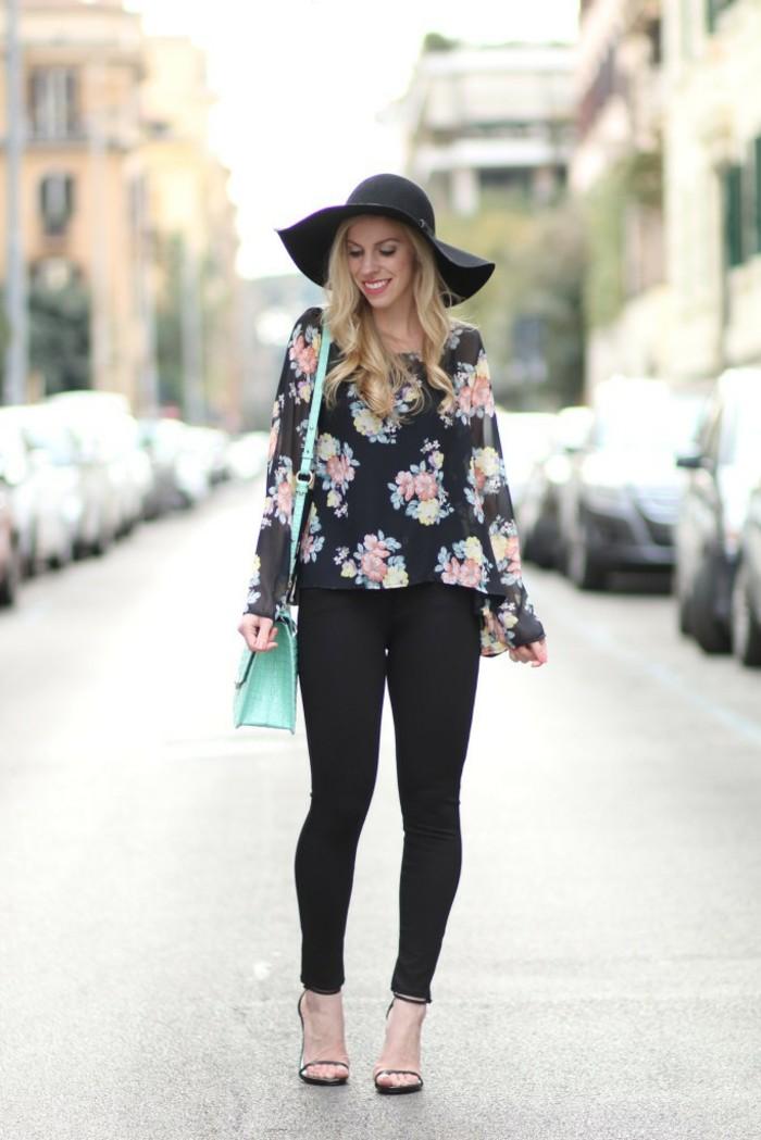 chemise-fleurie-femme-avec-un-pantalon-tout-noir-et-une-capeline-resized