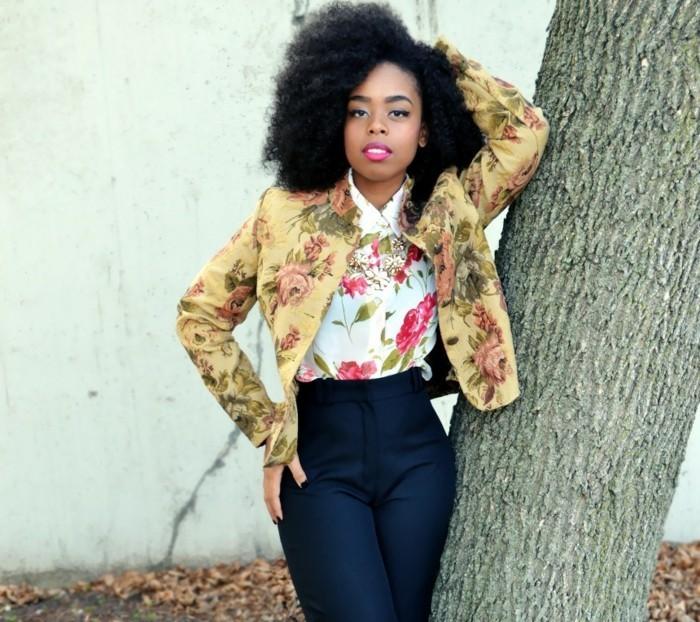 chemise-fleurie-femme-avec-un-survet-en-fleurs-sur-fond-beige-resized
