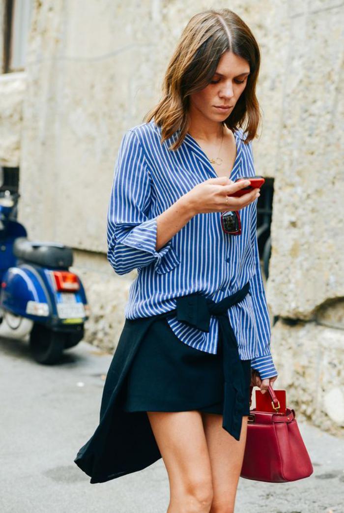 chemise-rayée-femme-minijupe-noire-et-chemisier-bleu-rayures-blanches