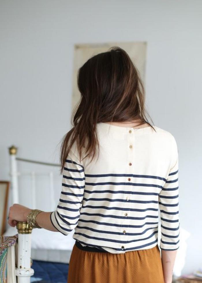 chemise-rayée-femme-modèle-original-et-jupe-ocre