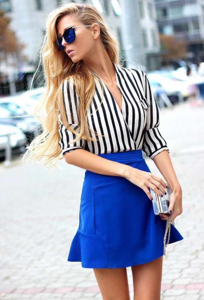 chemise-rayée-femme-portée-avec-jupe-bleue-courte