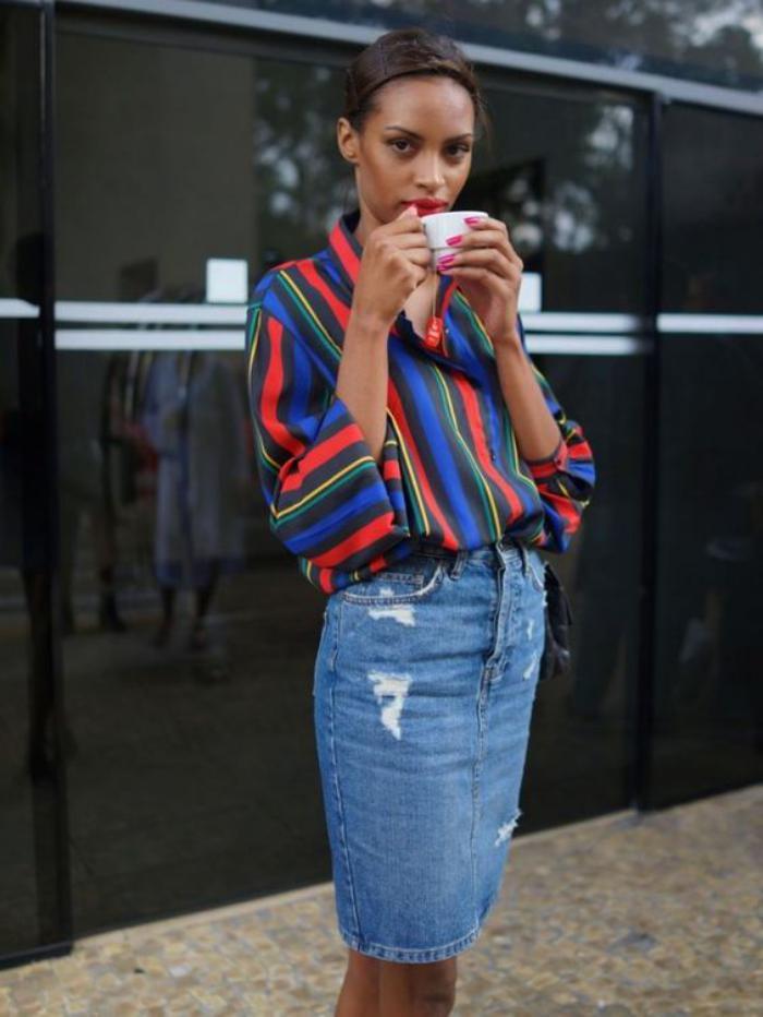 chemise-rayée-femme-rayures-rouges-et-bleues-jupe-en-denim